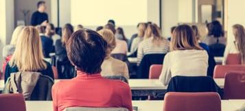 Los pro y contras de estudiar en una sala de clases